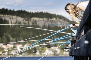 Stella Rodling-Svanberg håller koll på sitt flöte vid Jamtlis ångbåtsbrygga när klass 4 A fån Norra skolan lär sig fiska.