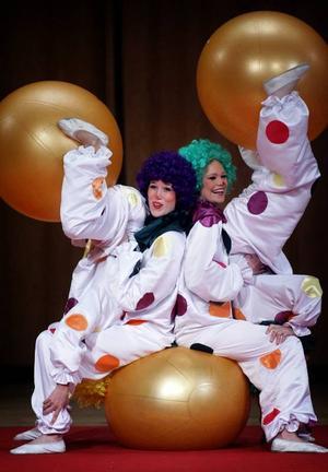Roliga clowner. Minicirkusens clowner var roliga och skapade munterhet i den stora publiken.