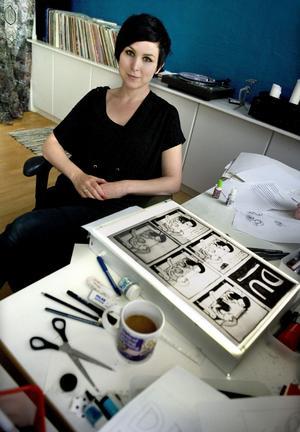 Nina Hemmingsson har tidigare gett ut serie- och bilderböcker som Jag är din flickvän nu, Så jävla normal och Mina vackra ögon. Det var jag som kom hem till dig är Nina Hemmingssons första diktsamling.