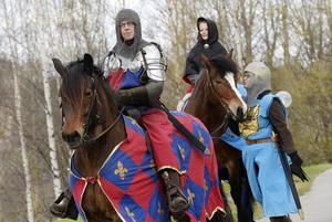 Skådespel till häst bjöds det på när Buredagen anordnades på söndagen. Från vänster är det Hans Holm, i rollen som Fale Bure, Albin Granlund, som en ung kung Erik, och Paula Isberg som går vid hästen.