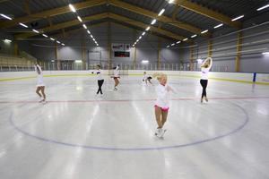 Åkare från Gävle konståkningsklubb tränar gärna i hallen. Nu slipper de jaga istider på andra håll.