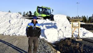 Mattias Franzén med en del av de 200 000 kubikmeter sparad snö läggs nu ut på längdspår, där det första spåret är klart på fredagsmorgonen.