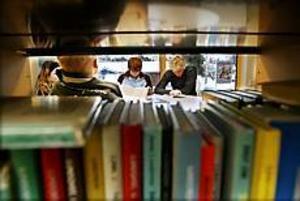 Foto: GUN WIGH Populärt bibliotek. Utlåningen i Hille bibliotek, inrymt i Milboskolan har ökat kraftigt. Skolelever, här några elever ur klass 8a, är trägna besökare.
