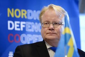 Peter Hultqvist (S) försvarsminister och hans regeringskolleger verkar splittrat i Natofrågan, menar Anne Rosberg och Per Abrahamsson.