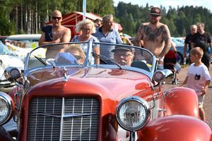 En Auburn Speedster brummade fram genom folkmassorna.