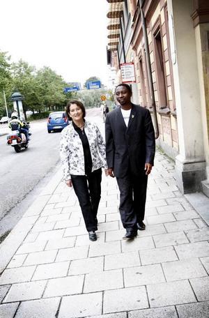 BEKANTA. Miljöpartisten Inger Schörling, från Gävle, och Frank Habineza från Rwandas gröna parti har träffats flera gånger under de senaste två åren genom samarbetsorganisationen Green Forum. Det är fjärde gången Frank Habineza besöker Sverige.