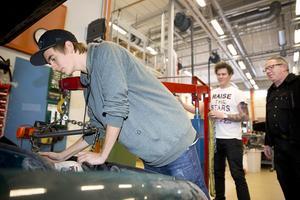 """Mekar. Alexander Eriksson och Marcus Kivinen studerar på Edströmska gymnasiets fordon- och transportprogram. Till sommaren är de färdigutbildade bilmekaniker. """"Jag sökte hit för att jag tycker att det här är kul och för att få jobb"""", säger Alexander. Foto: Kenneth Hudd"""
