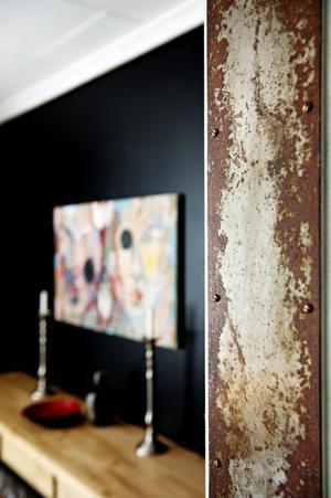 Dörrkarmarna mellan rummen på nedervåningen är klädda i specialbeställd plåt som blivit rostig genom att läggas utomhus. Ett originellt och vackert material.