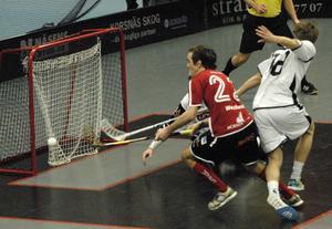 Matchens bäste spelare Eric Westlund konstaterar att bollen ligger i målet, ett mål som betydde 1–1. Eric gjorde ytterligare ett mål.