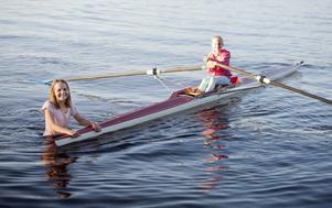 En i båten och en i vattnet. Tjejerna heter Maja Jobs och Cecilia Geertsen.