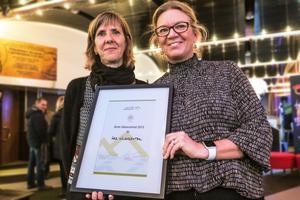 Lena Werinstock Sved till vänster och Lotta Hagberg med det diplom som Åre hälsocentral kommer att få.