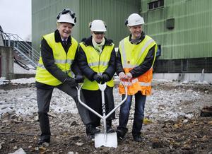 Anderz Wahlström – representant för Austrian Energy & Environment – Maud Kvarnäng (C) – och Marcus Brunzell, NCC, som utför själva byggarbetet, tog ett gemensamt spadtag.