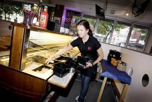 KOMPETENS BORDE AVGÖRA. Cecilia Michel är 19 år och har precis fått en fast anställning på Kafé Kanel på Nygatan                       i Gävle. Hon tycker att lönen borde handla om kompetens och inte om ålder.
