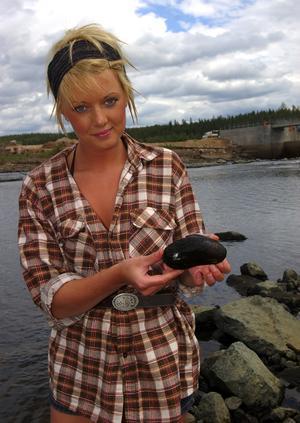 Flodpärlmussla. Louise Siljebro från Gagnef deltog i inventeringen. Här visar hon upp en av de flodpärlmusslor som hittades.