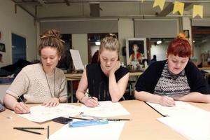 Evelina Dahlin, Agnes Christoffersson och Jolin Skoglund tog studenten i våras från estetiska programmets bild- och formgivningsinriktning. De gör varsitt porträtt av Jolins lillasyster Evelin Skoglund (ESBIL12) ur minnet.