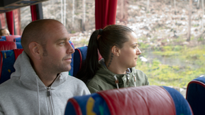 Överblick. Christian och Linn de Wilde betraktar det brända landskapet från bussfönstret.