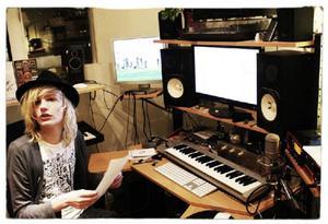 """I en studio i Stockholm. Alla flickors Idol, Johan Palm, spelar in låten """"Du lever bara en gång""""."""