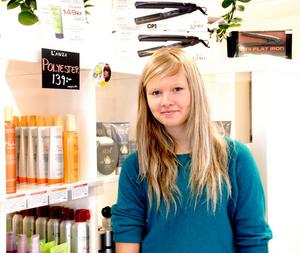 Sandra Alfredsson framför produkter hos Karin´s Hårverksta´.