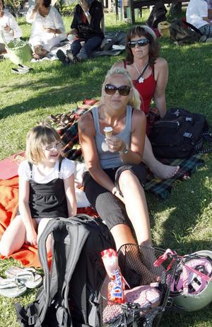 Lovisa Manfredsson kom strax innan sex på fredagen tillsammans med sin mamma Anette Klarås och hennes väninna IngMarie Persson.