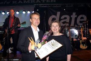 Robert Färdvall, som driver Hammerdals Betonggjuteri, fick ta emot priset som årets företagare av kommunalrådet Karin Stierna. Foto: Strömsunds kommun