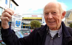 En pigg pensionär, 81-årige Bertil Persson, Malung, har startat nytt företag och åker runt i Sverige och säljer landskaps- och klubbemblem. Foto:Anders Mojanis