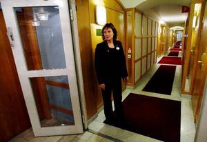 En av flera branddörrar som dagligen ska kontrolleras så att den stänger. Med 198 rum och många korridorer har Titti Myrén på hotell Clarion i Östersund en hel del praktiska saker att ta hänsyn till som påverkar brandsäkerheten på hotellet.  Foto: Henrik Flygare