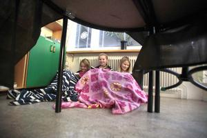 2. Anna Olsson, Klara Åslund och Emma Fridlund samsas under filten i spökrummet.