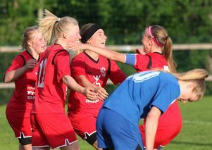 Bik SK vann Härnösandsderbyt mot Härnösands SK med 4-2 i division 2 Mellersta Norrland. Här jublas det efter ett av målen.