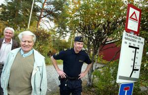 Alnöborna Lars Sandberg och Arne Grelsson brinner för grannsamverkan. Polisen Lennart Westberg välkomnar fler eldsjälar och säger att brottsligheten sjunkit i takt med att samverkansgrupper kommit igång.