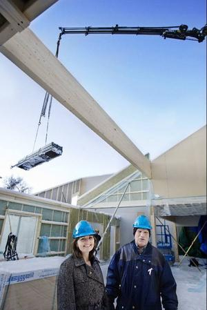 Bygget av den nya skolan pågår för fullt och tidsplaneringen går enligt planerna.På bilden syns Eva-Märet Nordenberg och Janne Johansson.