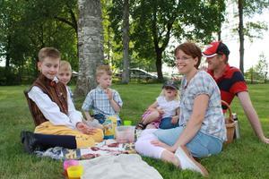 Familjen Anjou från By-Kyrkby tog en fika i skuggan av en björk på firandet vid Grytnäs gammelgård.
