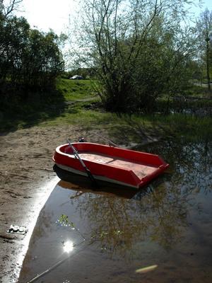 På fel ställe. Livbåten vid Hönsan ska hänga på en ställning vid stranden, men oftast driver den någonstans på vattnet.