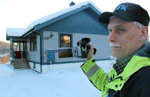 Lars-Inge Lärkfors riktar sin specialkamera mot huset och ser genast om det är något läckage. Om han hittar något så går han ännu närmare för att få detaljinformation på läckaget.