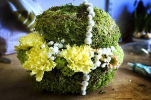 Trolskt påskägg med mossa och blommor.