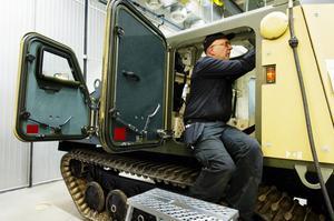 Roger Berglund fixar det sista inför fordonets slutkontroll. Totalt ska 99 stycken bandvagnar levereras till The Ministry of Defence, den brittiska försvarsmakten.