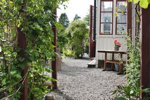 Ingången sker från Brahegatan. För att träda in i huset måste man först passera en lummig entré.