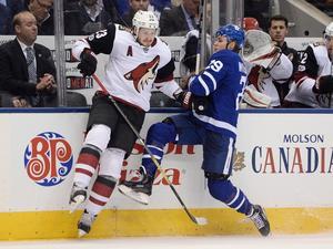 Ekman–Larsson tacklar Torontos William Nylander. Bild: Nathan Denette.