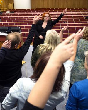 Anna Ekholm försöker få rörelserna att sitta hos Sundsvalls popkör.