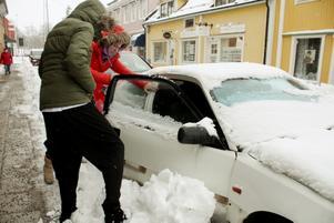 My Källgren och Hanna Asp försökte med gemensamma krafter få upp bildörren som täcktes av en halvmeter hög snövall.