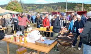 Ungefär 400-500 personer passade på att besöka marknaden vid bygdegården i Klövsjö.