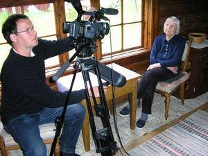 Dokumentärfilmaren Per Grimell spelar in i konstnären Helmer Osslunds sommarateljé och intervjuar hans dotter Anna-Stina Osslund.