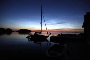När mörkret fallit är det alldeles lugnt och tyst i hamnen.