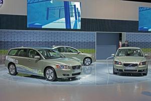 RIKTIGT BENSINSNÅL.Volvo visar som många andra biltillverkare att det varken behöver bli speciellt dyrt eller komplicerat att sänka förbrukningen. Genom                                  att sänka bilen en centimeter, täcka för grillen för bättre aerodynamik och slimmade fälgar kommer man långt. Med lågfriktionsdäck, högre utväxling i växellådan och dessutom en ny växelådsolja med lägre friktion en bit längre. Många                                      bäckar små gör att Volvo V50 1,6D i DRIVe-utförandet klarar sig en mil på 0,45 liter diesel vid blandad körning. Lilla C30 är enklare att optimera och har en förbrukning på 0,44 l/mil och utsläpp på 115 g CO2/km.  Foto: Johannes Collin