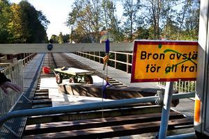 AVSTÄNGT FÖR RENOVERING. Här gick den gamla Salabanan. Bron över Gavleån i Valbo som förbinder Åbyfors med Durovägen i Hagaström har varit avstängd sedan 1995 men används ändå då och då. Nu vädjar tekniska kontoret till allmänheten att inte beträda bron under renoveringsarbetet.