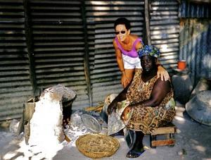 1996. I Gambia har hon haft ett fadderbarn och varit där många gånger. Här fyllde hon 60 år och besökte en familj, där hon övervakade matlagningen, som skedde över öppen eld. El fanns inte.