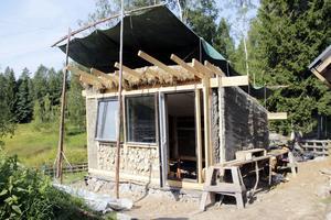 En grupp syriska flyktingar har under några veckor lärt sig olika byggtekniker på Sveriges enda folkbildningsgård för ekologiskt bygge i lera.