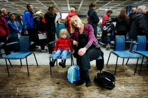 Om två veckor beräknas babyn komma, i går stressade Katharina Johansson från Brunflo tillsammans med sin familj till Flextronics för att vaccinera sig mot den nya influensan. 3-åriga dottern Linnéa ska också få sprutan.  Foto: Ulrika Andersson