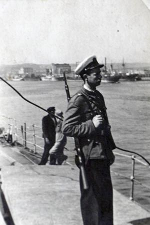 Jan Zwierz som hamnvakt i Gdyna med geväret över axeln.