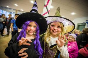 Systrarna Junia och Cornelia Österberg hade klätt ut sig till häxor och var redo att skrämma spöken.