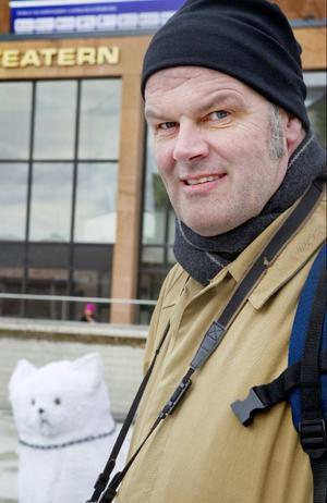 Andreas Hoffmann från Härjedalens kulturcentrum besökte i går Östersund på turné med konstinstallationen Snökatten.